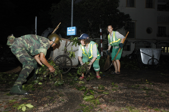 Bộ đội trắng đêm thu dọn cây đổ trong nội thành Hà Nội - 10