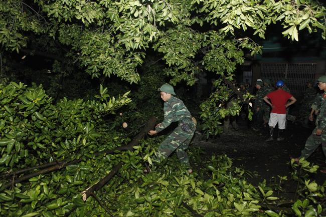 Bộ đội trắng đêm thu dọn cây đổ trong nội thành Hà Nội - 14