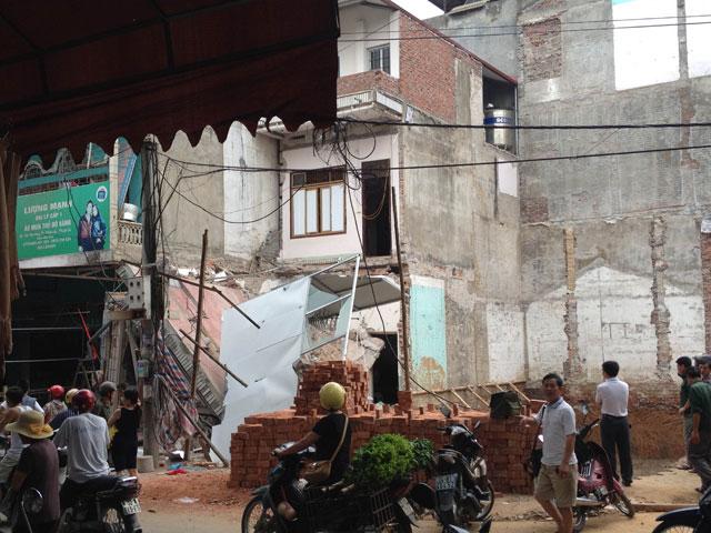Nhà 3 tầng bỗng dưng sập đổ lúc sáng sớm - 1