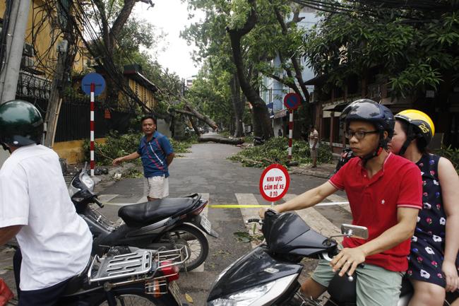 HN cấm đường, đóng cửa công viên sau trận cuồng phong - 1