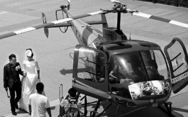 Cặp uyên ương TQ đám cưới trên trực thăng ở độ cao 400m - 1