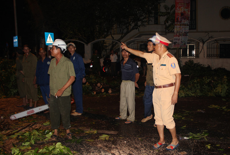 Giông lốc 2 người chết, gần 1.300 cây đổ: Hà Nội họp khẩn - 3