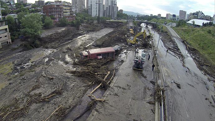"""Gruzia: Sau lụt, thú dữ xổng chuồng """"dạo chơi"""" khắp phố - 1"""