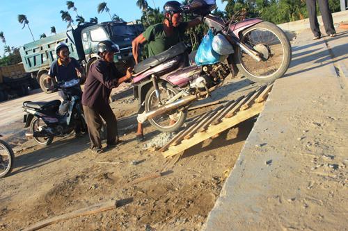 Ảnh: Liều mạng qua cầu đang thi công dở ở Quảng Nam - 5