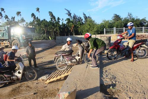 Ảnh: Liều mạng qua cầu đang thi công dở ở Quảng Nam - 2