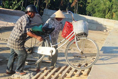 Ảnh: Liều mạng qua cầu đang thi công dở ở Quảng Nam - 4
