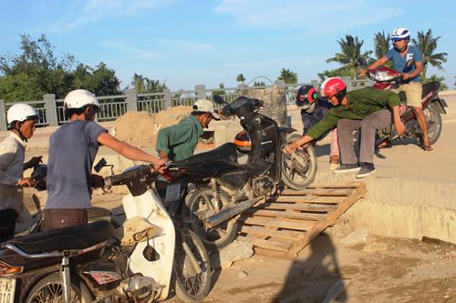 Ảnh: Liều mạng qua cầu đang thi công dở ở Quảng Nam - 1