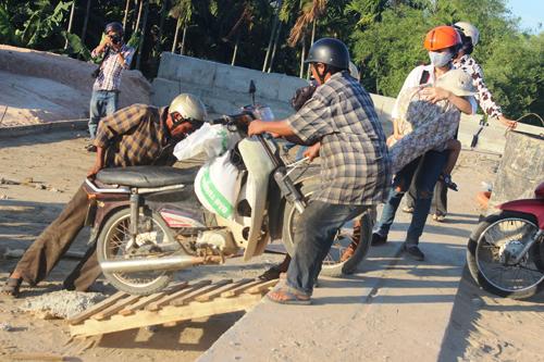 Ảnh: Liều mạng qua cầu đang thi công dở ở Quảng Nam - 9