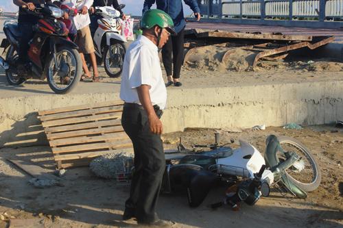 Ảnh: Liều mạng qua cầu đang thi công dở ở Quảng Nam - 8