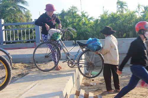 Ảnh: Liều mạng qua cầu đang thi công dở ở Quảng Nam - 7