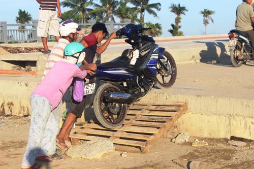 Ảnh: Liều mạng qua cầu đang thi công dở ở Quảng Nam - 12