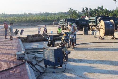 Ảnh: Liều mạng qua cầu đang thi công dở ở Quảng Nam - 13