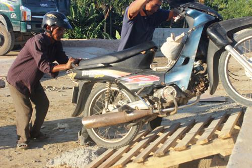 Ảnh: Liều mạng qua cầu đang thi công dở ở Quảng Nam - 14