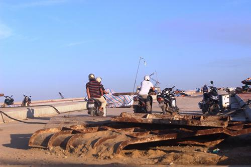 Ảnh: Liều mạng qua cầu đang thi công dở ở Quảng Nam - 11