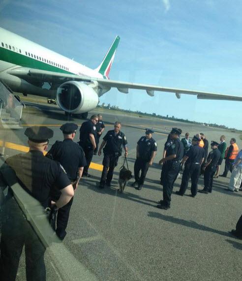Mỹ: Cảnh sát vây kín máy bay vì đe dọa đánh bom - 1