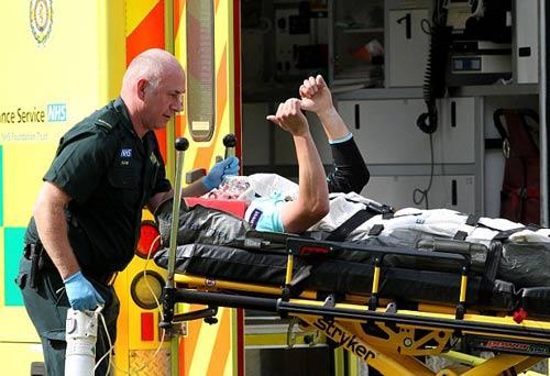 Va chạm kinh hoàng, 2 VĐV nhập viện khẩn cấp - 5