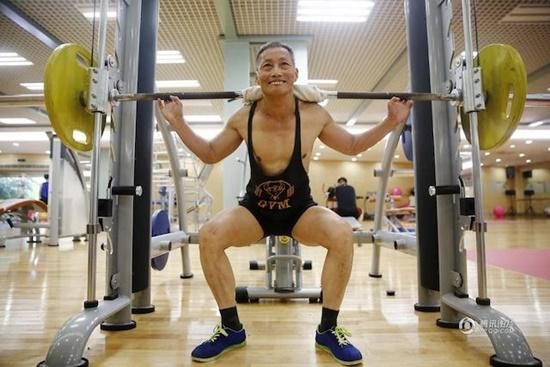 Cụ ông U80 khoe cơ bắp khiến trai trẻ phát thèm - 1