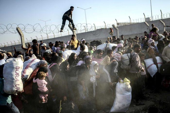 Dân cắt rào biên giới bỏ chạy dưới họng súng IS - 2
