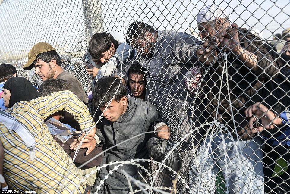 Dân cắt rào biên giới bỏ chạy dưới họng súng IS - 4