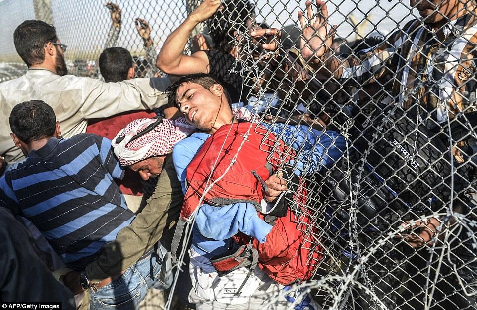Dân cắt rào biên giới bỏ chạy dưới họng súng IS - 3