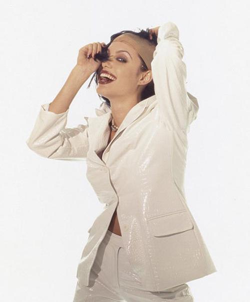 Angelina Jolie ngực lép tạo dáng lạ khi làm người mẫu - 5