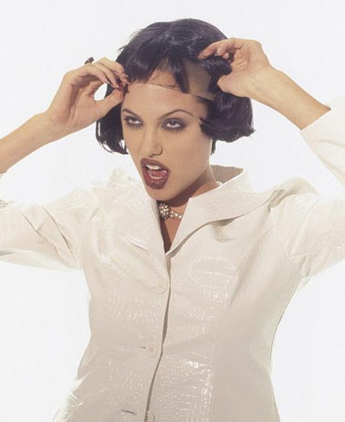 Angelina Jolie ngực lép tạo dáng lạ khi làm người mẫu - 7