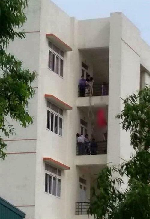 Thất tình, nữ sinh mặc đồ đỏ treo cổ tự tử tại trường - 1