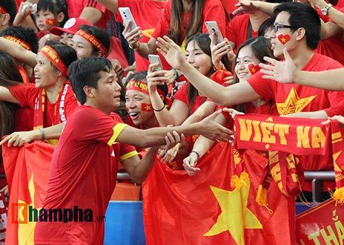 """Đại thắng Indonesia, U23 Việt Nam bị fan nữ """"lột"""" áo - 8"""