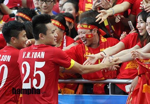 """Đại thắng Indonesia, U23 Việt Nam bị fan nữ """"lột"""" áo - 9"""