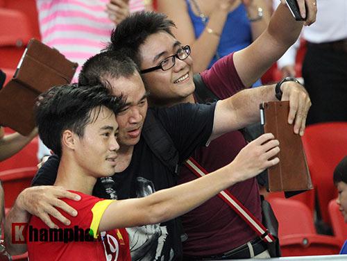 """Đại thắng Indonesia, U23 Việt Nam bị fan nữ """"lột"""" áo - 10"""