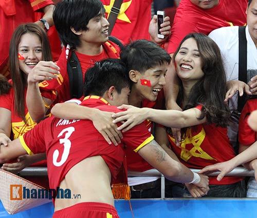 """Đại thắng Indonesia, U23 Việt Nam bị fan nữ """"lột"""" áo - 11"""