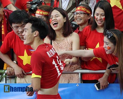 """Đại thắng Indonesia, U23 Việt Nam bị fan nữ """"lột"""" áo - 13"""