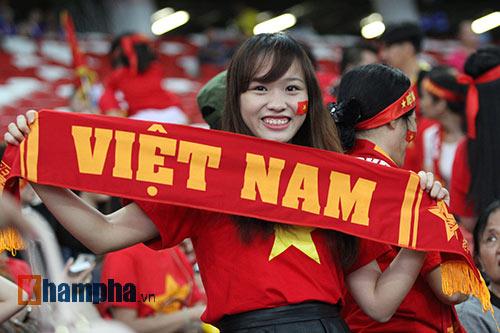 """Đại thắng Indonesia, U23 Việt Nam bị fan nữ """"lột"""" áo - 1"""