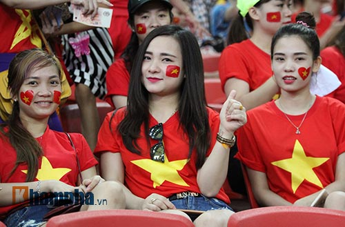 """Đại thắng Indonesia, U23 Việt Nam bị fan nữ """"lột"""" áo - 2"""