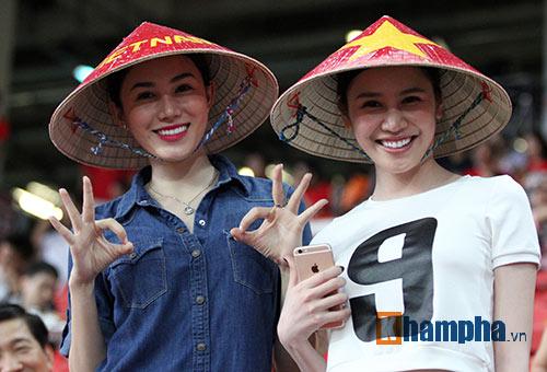"""Đại thắng Indonesia, U23 Việt Nam bị fan nữ """"lột"""" áo - 4"""