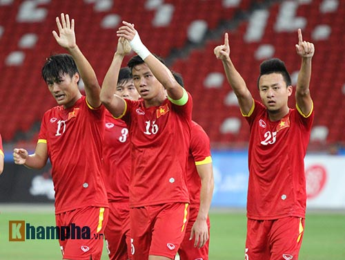 """Đại thắng Indonesia, U23 Việt Nam bị fan nữ """"lột"""" áo - 7"""
