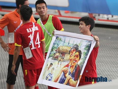 """Đại thắng Indonesia, U23 Việt Nam bị fan nữ """"lột"""" áo - 15"""
