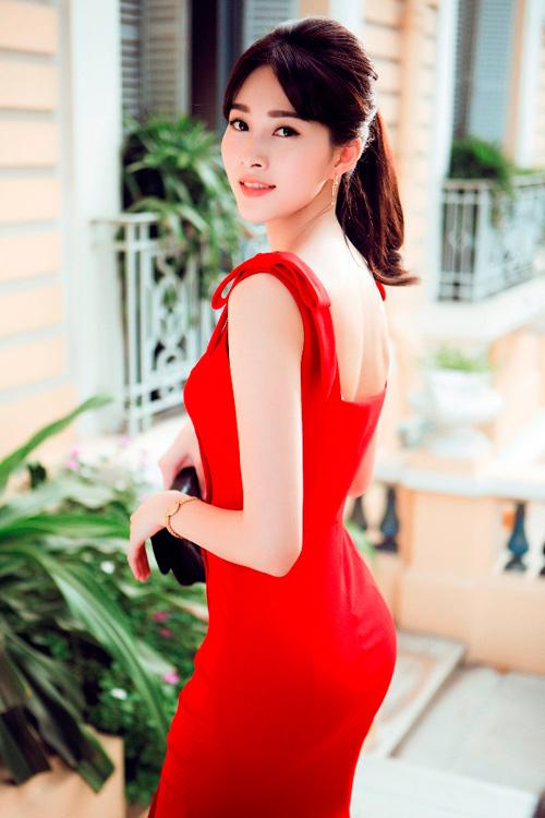 Hoa hậu Thu Thảo khoe dáng chuẩn nhờ váy bó sát - 3
