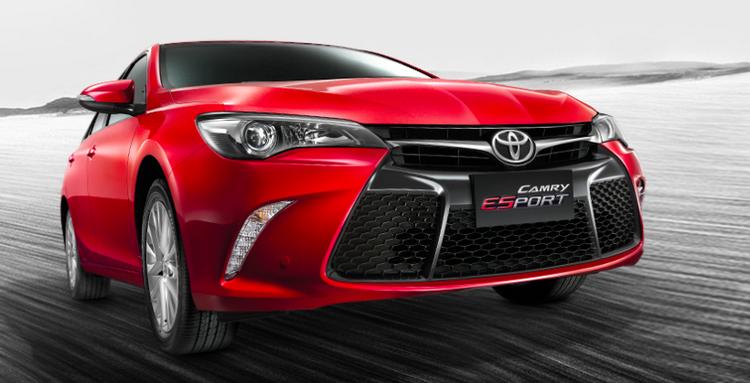 Phiên bản mới Camry ESport này của Toyota nhìn thể thao hơn, đẹp hơn so với các anh chị em khác cùng lớp. Các tấm ốp thân được thiết kế liền khối và bộ lưới tản nhiệt lớn.