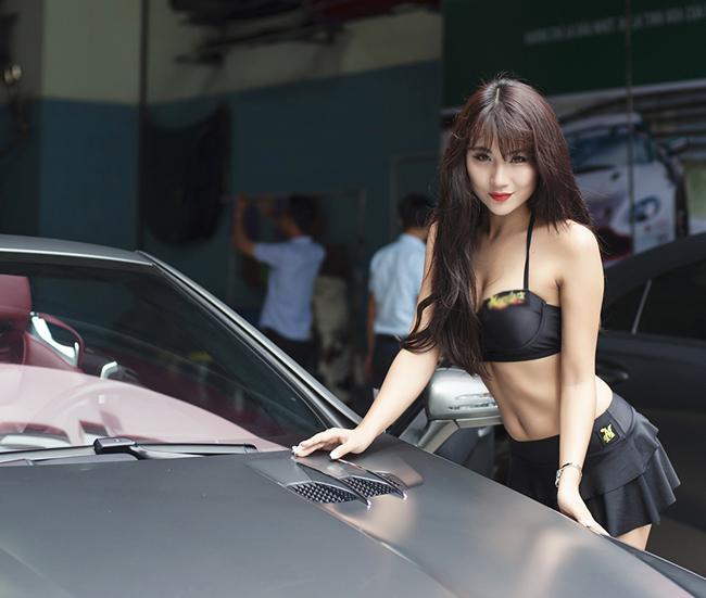 Hot girl Nga Tây ăn mặc gợi cảm tạo dáng bên ô tô