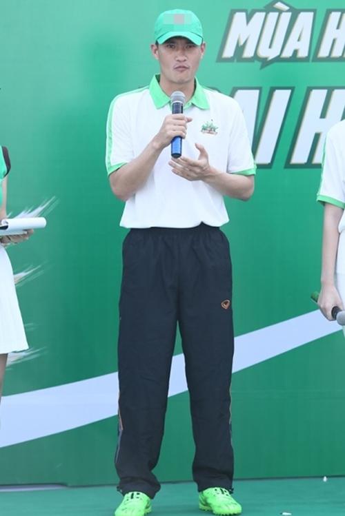 """Công Vinh huấn luyện """"Doraemon tóc xù"""" đá bóng - 4"""