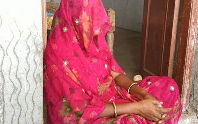Oái oăm tục tẩy uế cho nạn nhân cưỡng hiếp Ấn Độ - 1