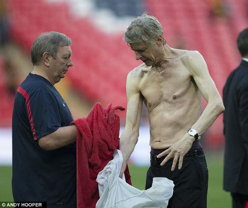 """Mặc áo siêu dị, HLV Wenger hóa thành """"thảm họa"""" - 8"""