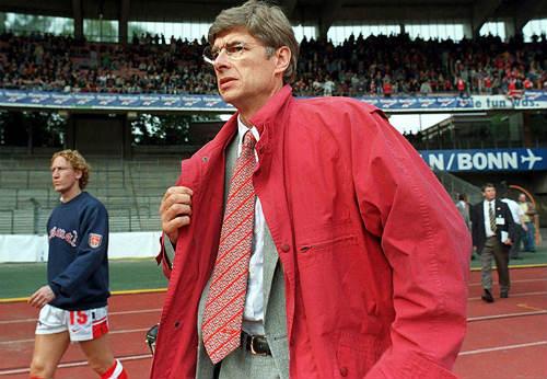 """Mặc áo siêu dị, HLV Wenger hóa thành """"thảm họa"""" - 12"""