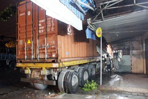 Xe container tông sập tường 2 nhà dân ở Sài Gòn - 1