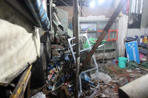 Xe container tông sập tường 2 nhà dân ở Sài Gòn - 4