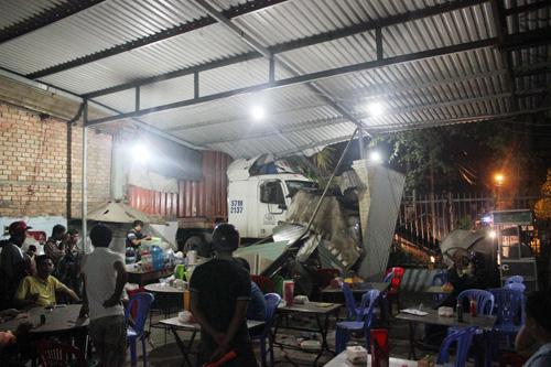 Xe container tông sập tường 2 nhà dân ở Sài Gòn - 5
