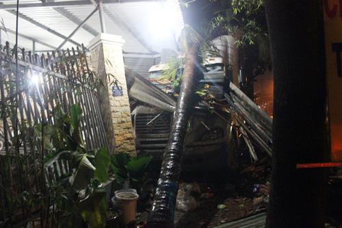 Xe container tông sập tường 2 nhà dân ở Sài Gòn - 2