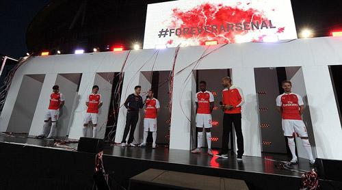 """Mặc áo siêu dị, HLV Wenger hóa thành """"thảm họa"""" - 6"""