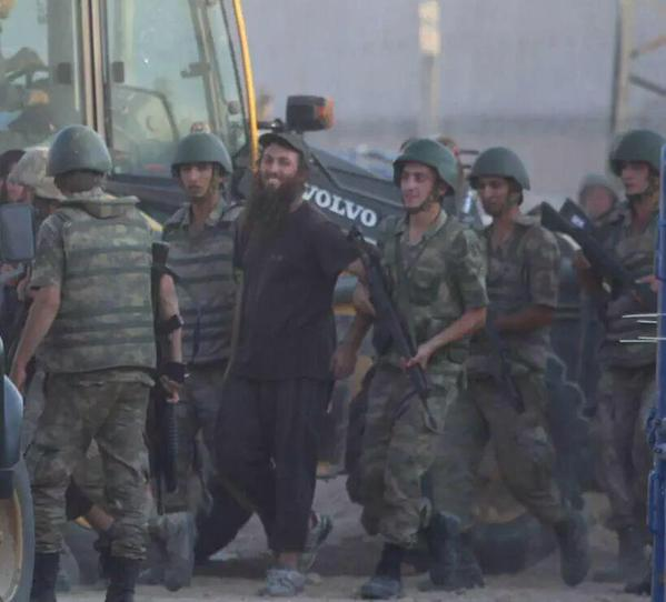 Phòng tuyến biên giới vỡ tan, IS hò nhau tháo chạy - 3